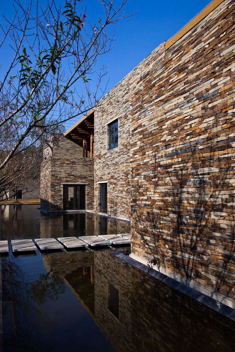 """就餐大厅的屋顶结构是用当地8米高的竹子""""luong""""搭建而成的."""