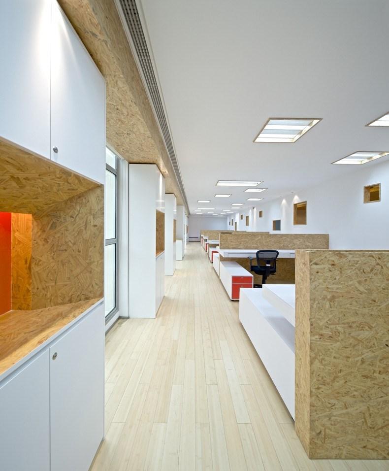 地面以有序的竹木地板构成,而天花上特意不为灯槽设计规矩的秩序,丰富