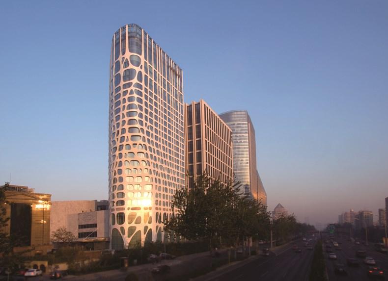 建筑设计马岩松先生拥有不少经典的建筑物作品,其作品红螺会所,玛丽莲梦露大厦等在国际建筑界都占据这重要的位置。北京康莱德酒店是一次慢速度设计。类似神经组织的非标准型体和线条被植入到一个方形的建筑体量中,引起形体的轻微变化,并生长成为一张自然有机的建筑表皮。整个建筑如同一个融化中的方盒子,成为城市网格体系中一个转变的开始液态的意念入侵到固态的效率之中。工业流水线生产的标准构件被具有差异性的手工工艺制造所取代,意在反映写意和情感。