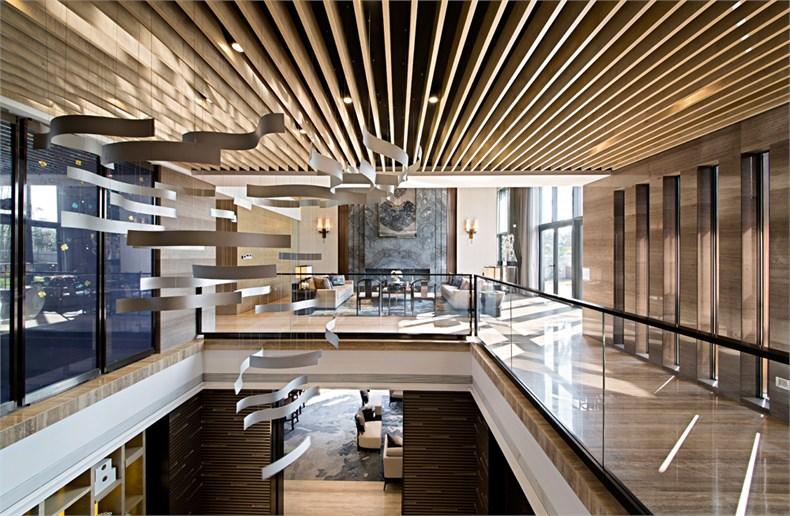 步入玄关,淡金色的案几雕塑与天圆地方的抽象造型寓意和谐与完满.
