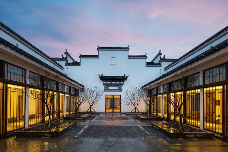 秉承了徽派院落中天井中厅的文化精髓,并结合现代手法强化设计.图片