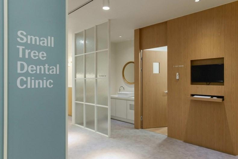 柜子中间有水龙头,这也是诊所内部不可缺少的装饰之一.