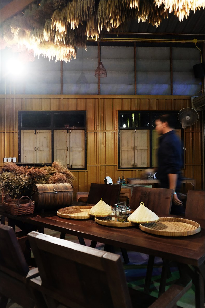 the tables have decorative elements that recall thai noodle tradition 06.jpg
