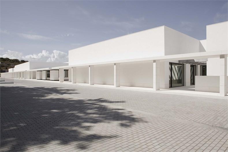 Elsa Urquijo建筑事务所:Padre Rubinos社会慈善机构总部设计-06