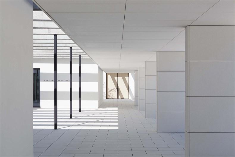 Elsa Urquijo建筑事务所:Padre Rubinos社会慈善机构总部设计-07