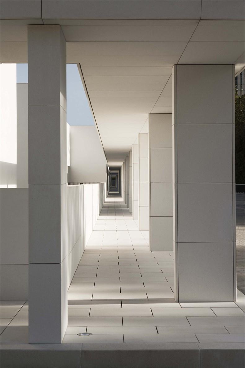 Elsa Urquijo建筑事务所:Padre Rubinos社会慈善机构总部设计-08