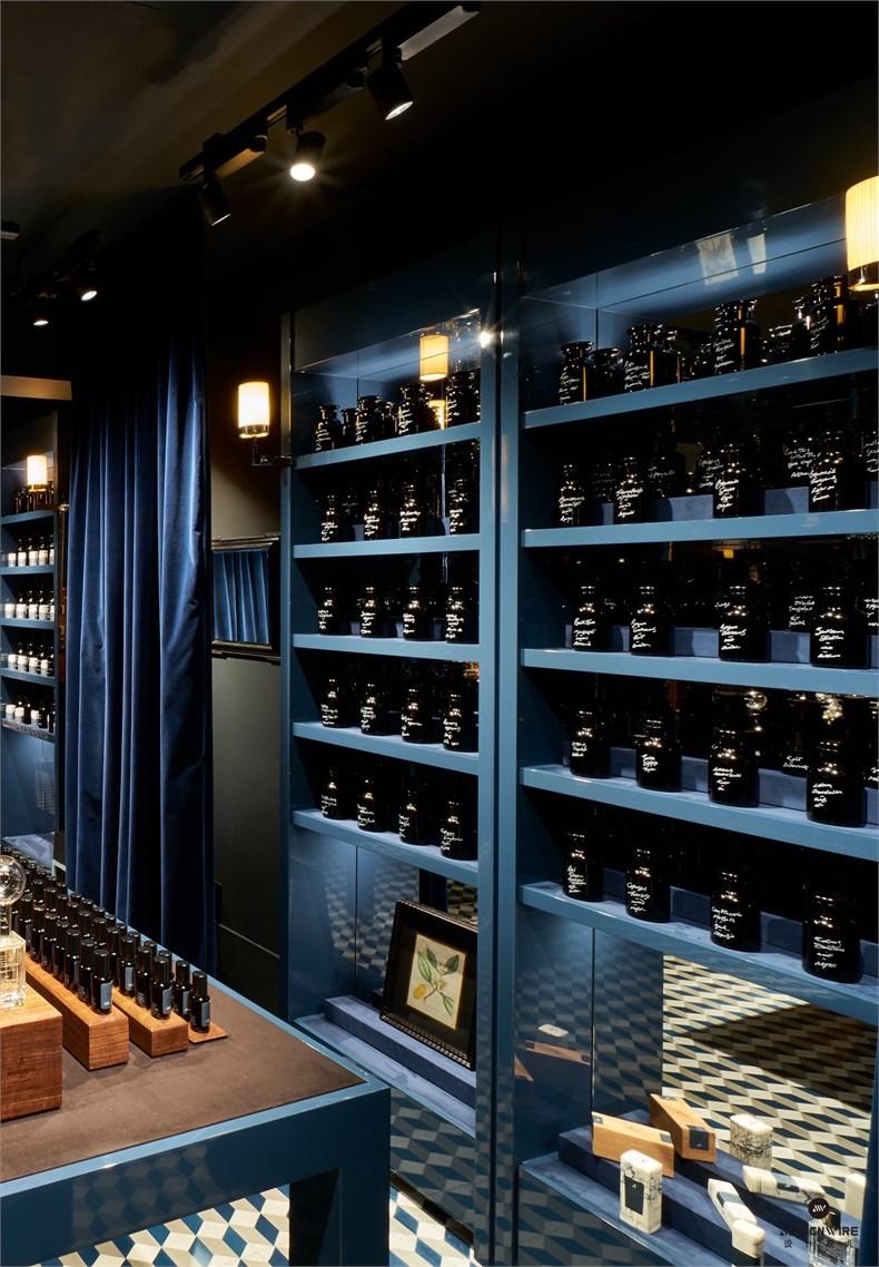 从你可以看到的店面设计,到我们选择的香水外面的包装设计,我们特意