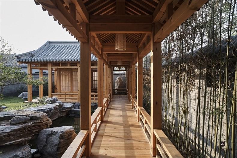 过道 易郡新北京四合院以继承传统四合院的文脉精魂,使建筑既有中国神韵,又以现代生活为前提进行了适度的创新设计。本项目空间为新中式禅意风格,承袭礼御文化,将中式九礼精髓蕴藏其中,讲究空间的层次感,用全新的方式融入东方之美,展现出一种现代的古韵。