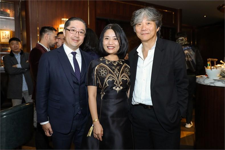 (从左至右)周明祖先生和著名服装设计师郭培夫妇。.jpg