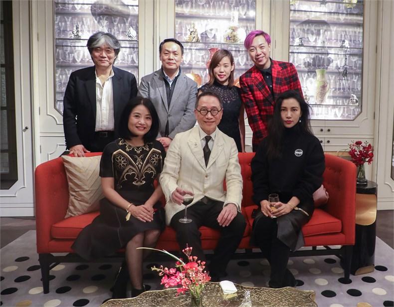 (从左至右)著名服装设计师郭培夫妇、陈幼坚先生、林思灵女士、著名摄影师陈漫及友人。.jpg