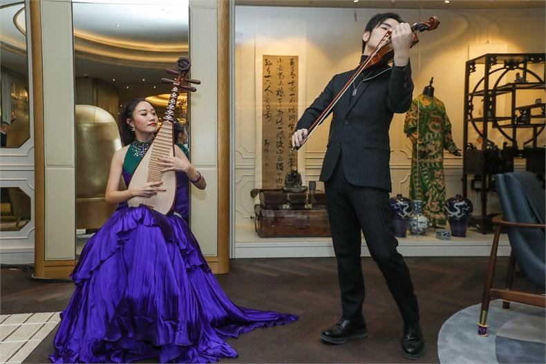 琵琶演奏家王杨与小提琴演奏家谢灵杰共同演绎由朱哲琴御用编曲师姚烁先生再次编曲的《新编十面埋伏》。.jpg