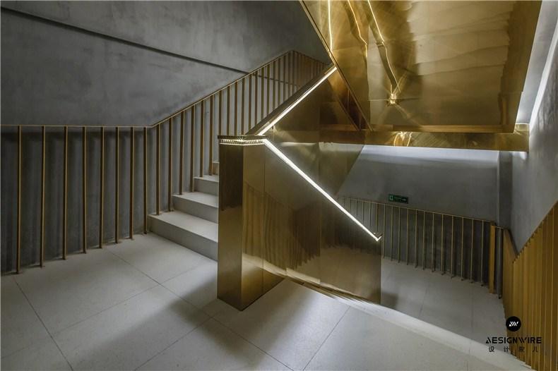 29金色金属板板楼梯在柔和的灯光氛围下从地下一层连通至一层.jpg
