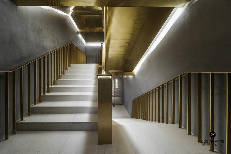 30金色金属板板楼梯在柔和的灯光氛围下从地下一层连通至一层.jpg