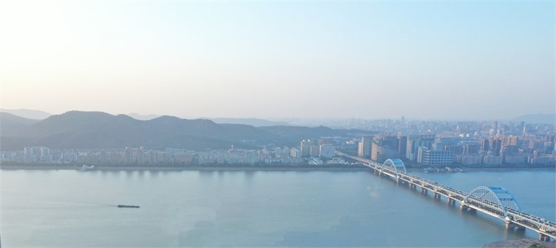 002钱塘江畔的风景连绵且富于变化:向北能看到繁华的都市灯火,向西可远眺凤凰山脉。如同山水长卷一般,映入日常起居空间。.jpg