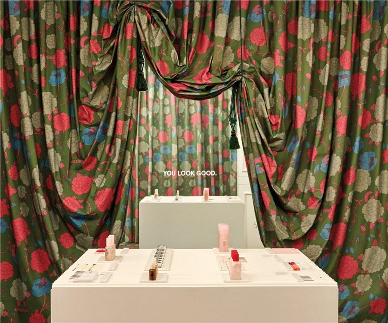 glossier-london-floral-street-pop-up-shop-interiors_dezeen_2364_col_10.jpg