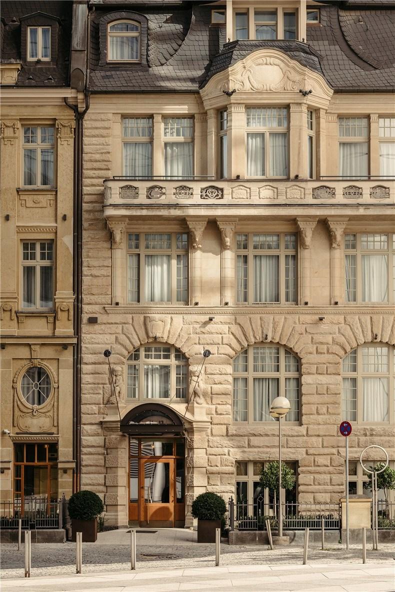 ameron-frankfurt-hotel-competition-le-petit-royal-interiors_dezeen_2364_col_3.jpg