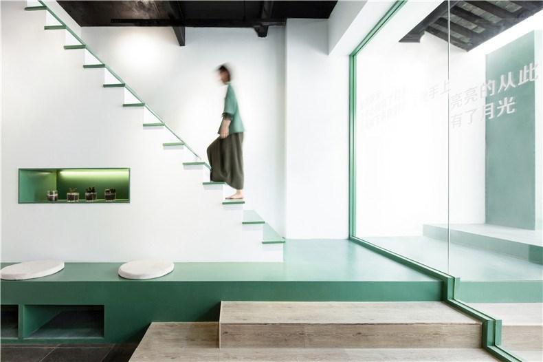 19.透过玻璃,内外连接的楼梯结构和层次,形成了室内和室外的两个读书区.jpg