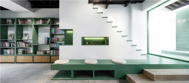 20.改造后的楼梯阅读区.jpg