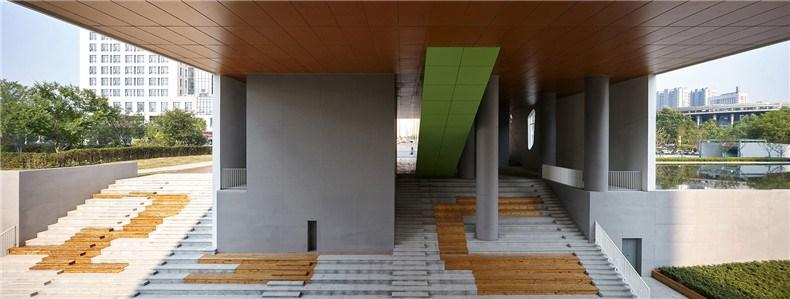 中环艺术馆-08-下沉庭院及台阶式大型看台,绿色楔形体块为入口大楼梯.jpg