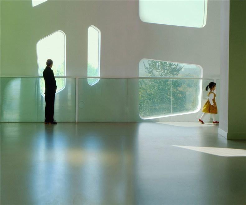 """中环艺术馆-14-展厅之外是分隔内部空间与外部自然的""""大树""""外皮,高低错落的窗口方便为不同身高的人群自由望向窗外.jpg"""