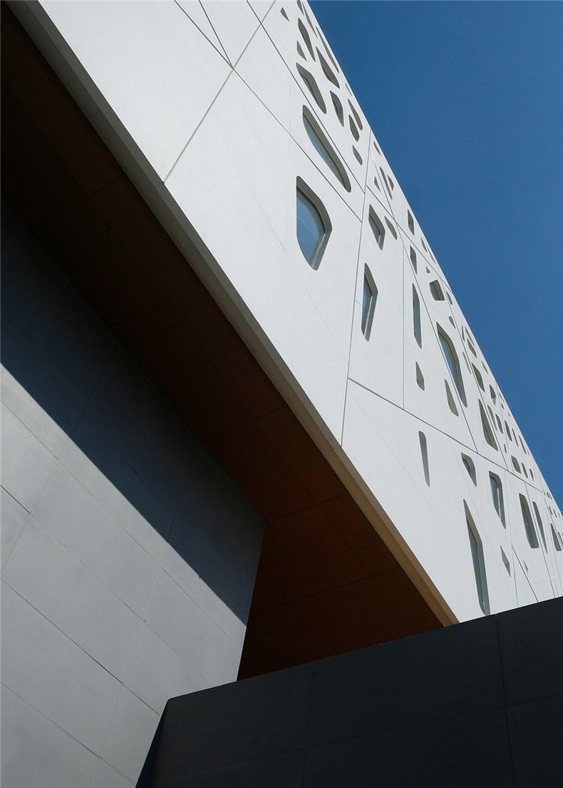 中环艺术馆-18-建筑的外皮颜色取自徽州民居的黑白素色 .jpg